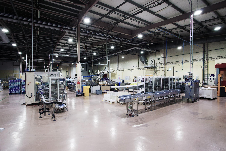 oprawy Highbay w hali produkcyjnej przemysłu spożywczego - Luxon LED