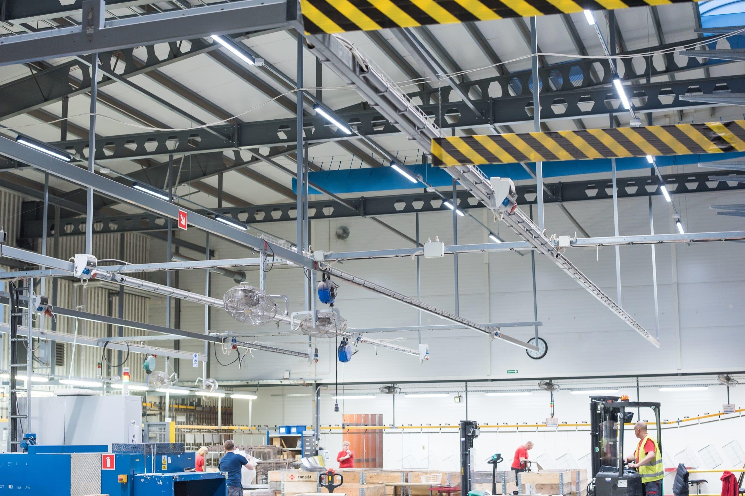 Oprawy hermetyczne Industrail w hali firmy Elfa Manufacturing - Luxon LED