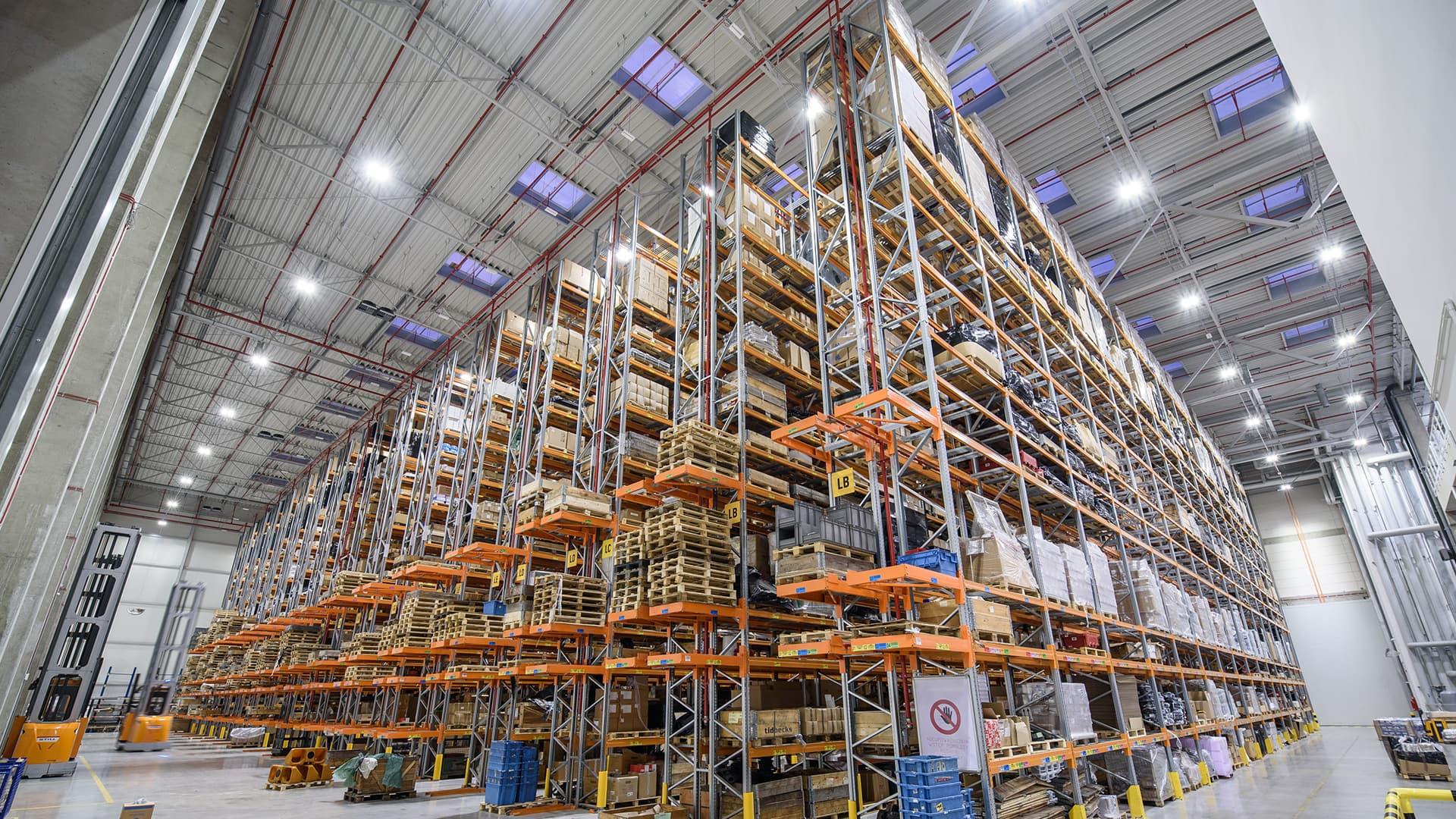 Oprawa przemysłowa Highbay w magazynie wysokiego składowania - Luxon LED