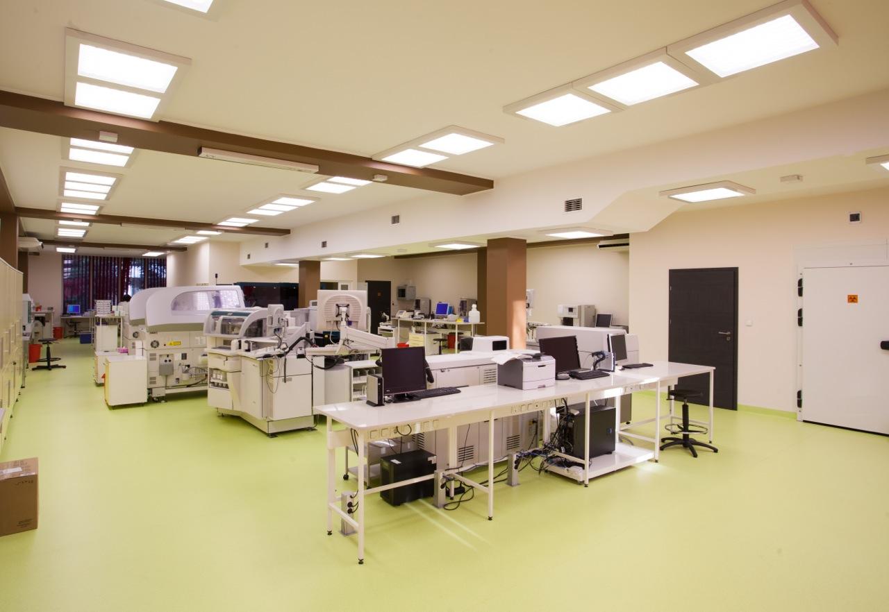 Panele biurowe natynkowe 60x60 Edge w Laboratorium - Luxon LED