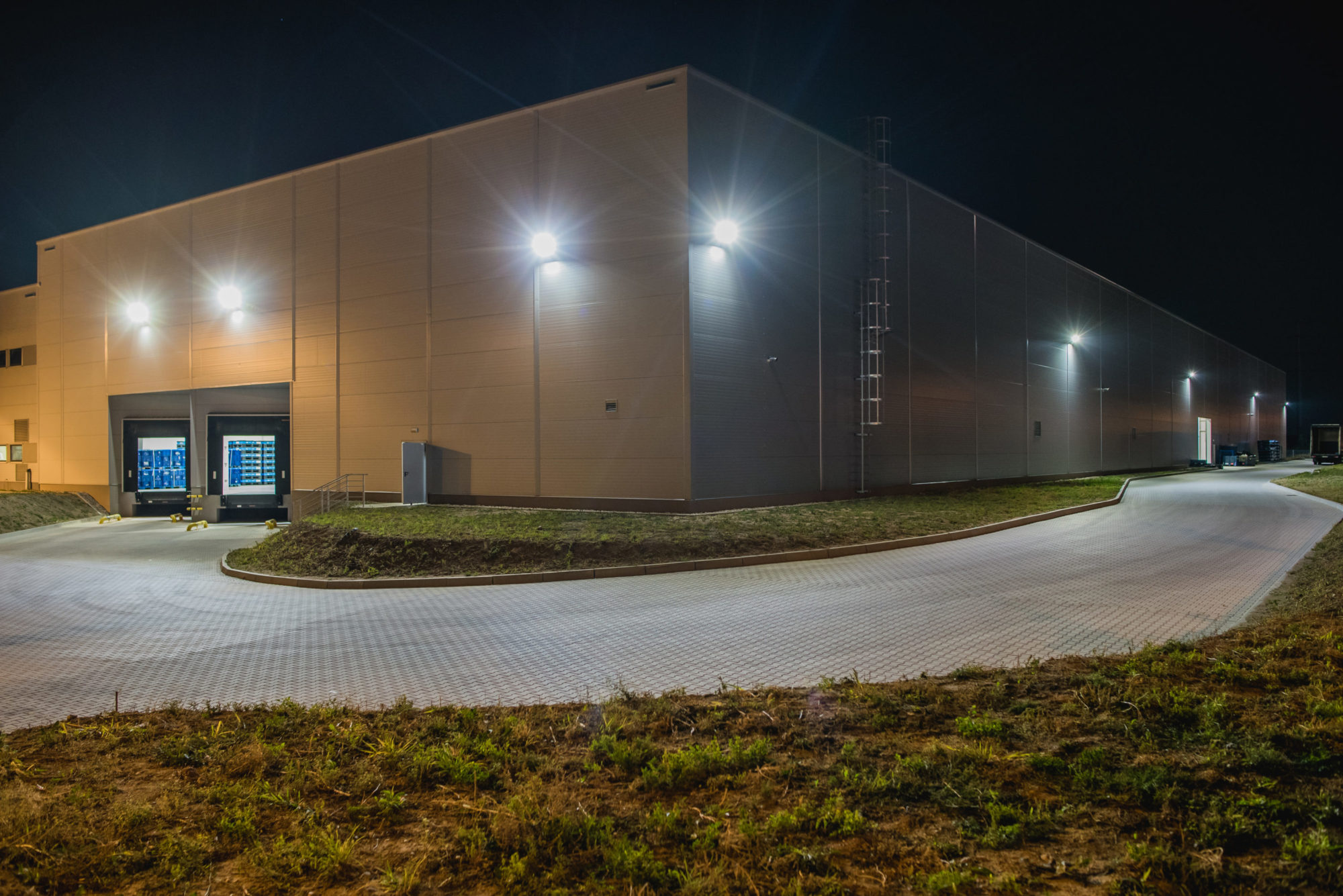 Oprawy zewnętrzne Sklylight w budynku firmy Industrias Alegre - Luxon LED