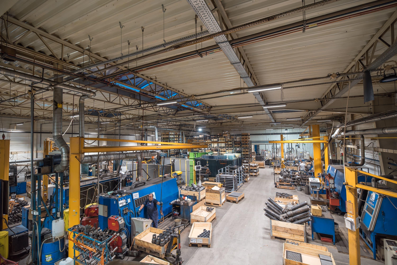 Zmodernizowane oświetlenie w hali produkcyjnej firmy Broen - Oświetlenie przemysłowe Industrial - Luxon LED