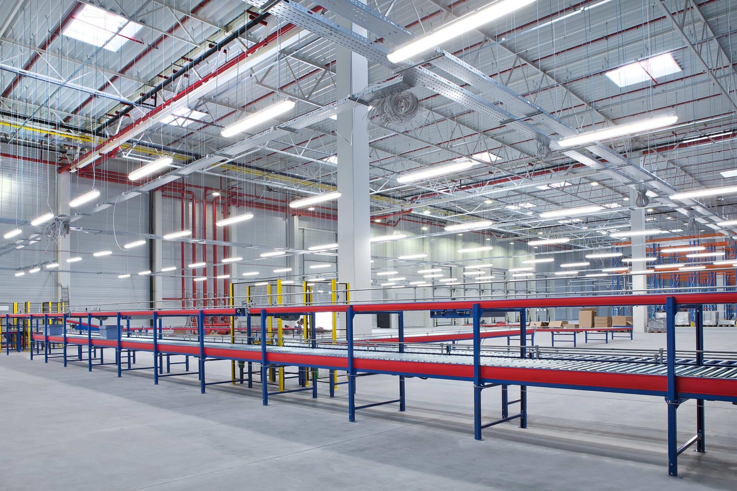 Oprawy Industrial w hali i magazynie firmy Komputronik - Luxon LED