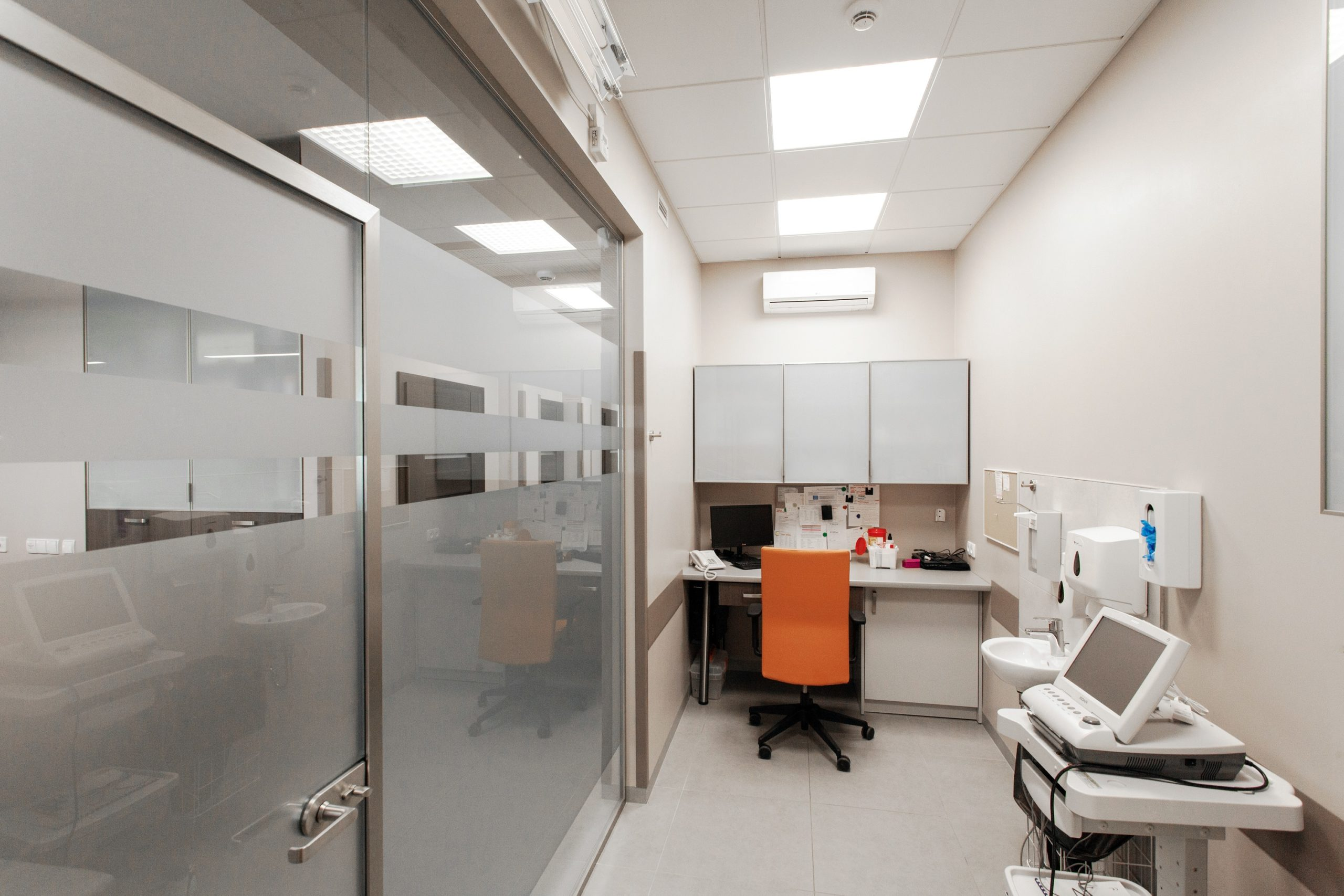 Oświetlenie biurowe Edge w przychodni w gabinecie zabiegowym - Luxon LED