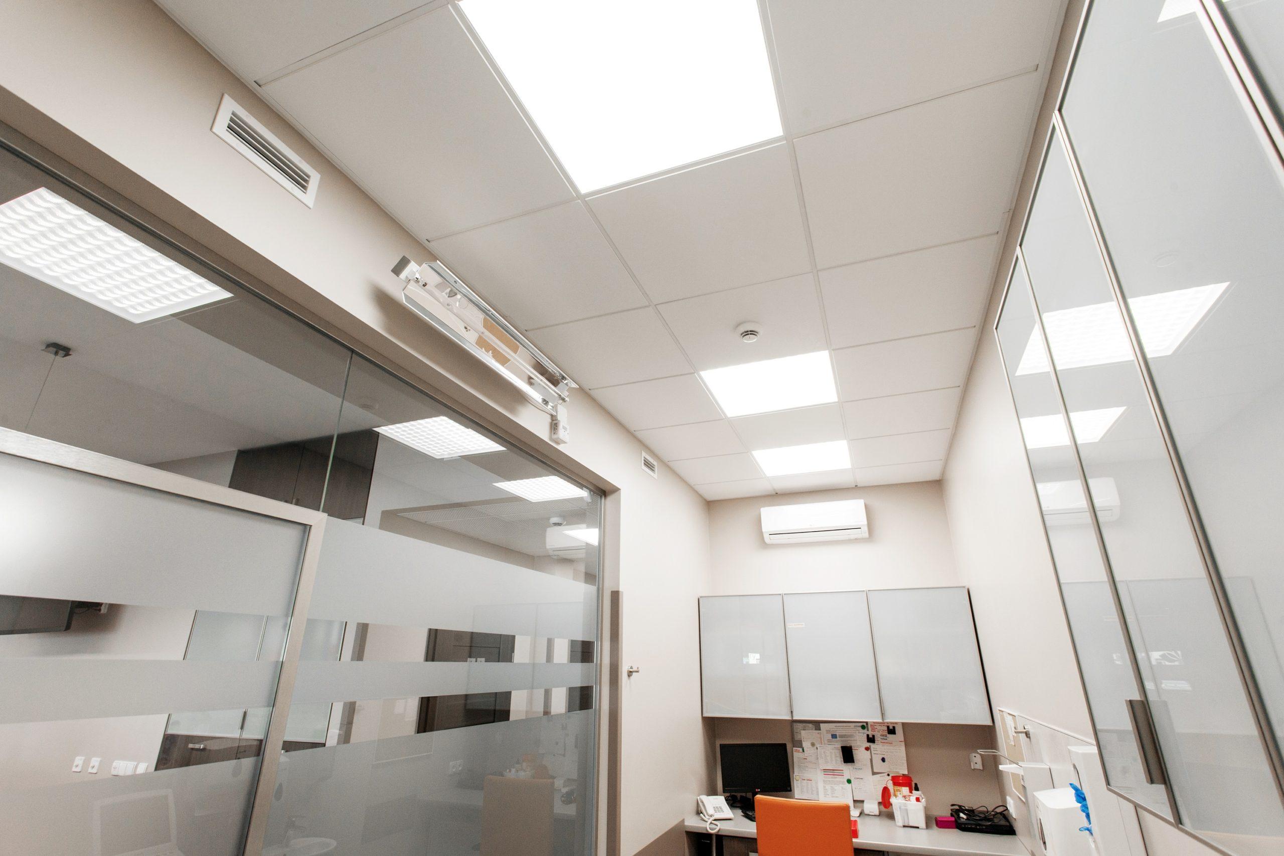 Oprawy biurowe Edge w przychodni lekarskiej - Luxon LED