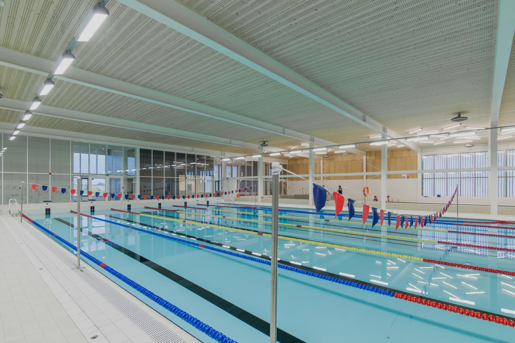 Oszczędne oświetlenie led firmy Luxon w obiekcie sportowym Basen Ślęza