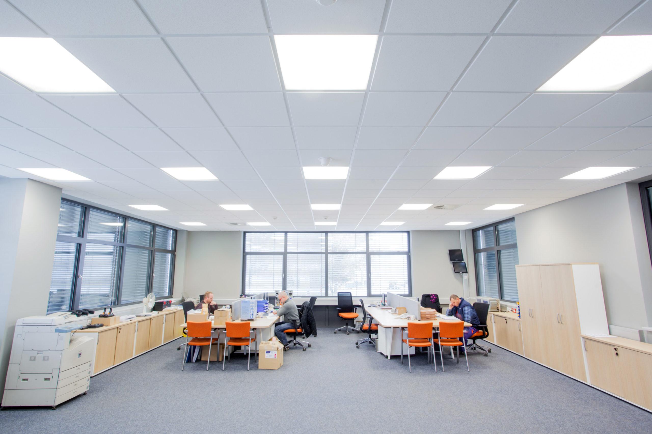 Oprawy biurowe Edge w biurowej częsci firmy Merida - Luxon LED
